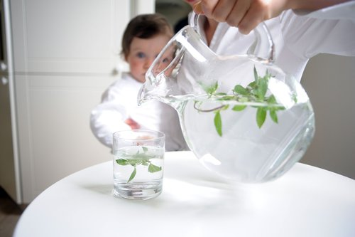 Zamiast kupować wodę w sklepie, lepiej przefiltrować tą z kranu
