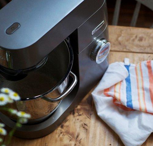 fot.: wyrabianie ciasta chlebowego robotem kuchennym, materiały prasowe