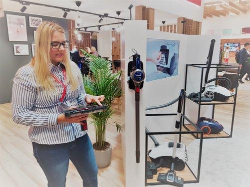 Amica na IFA: prezentacja pierwszego w ofercie firmy odkurzacza pionowego 2w1 / fot. techManiaK