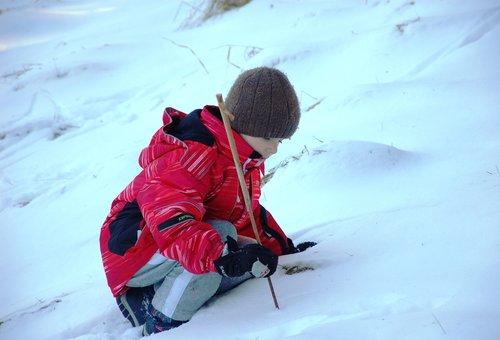 Dziecko bawiące się w śniegu - Nikon D40 + Nikkor 18-105 mm f/3.5-5.6G ED. Przysłona: f/5,6 czułość: 200 ISO