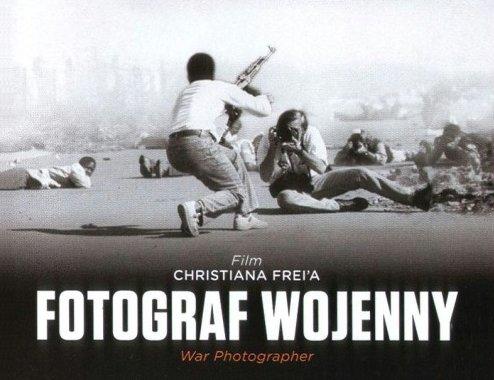 """Fragment plakatu do filmu """"Fotograf wojenny""""."""