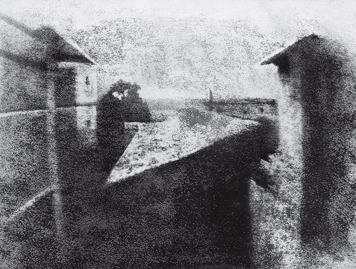 Fot. Joseph-Nicéphore Niépce. La cour du domaine du Gras. Źródło: http://100photos.time.com/photos/joseph-niepce-first-photograph-window-le-gras