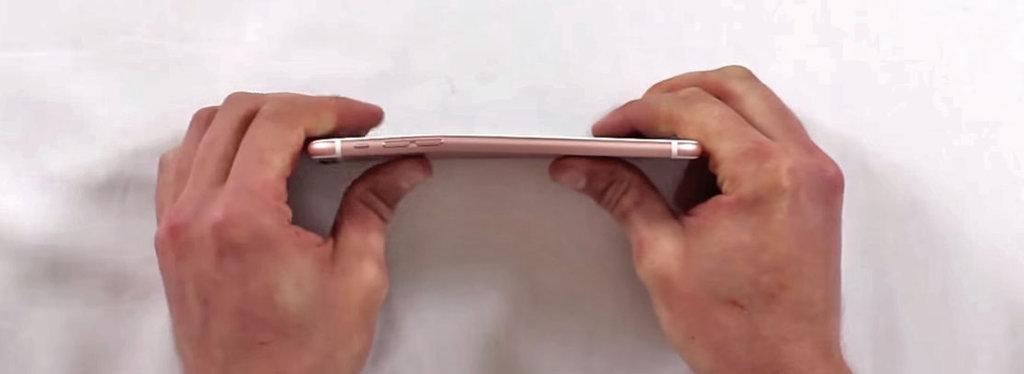 fot. wyginanie iPhone 6s plus / YouTube