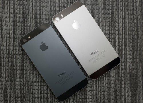 Kolory iPhone'a 5 vs. 5S / fot. Mike Cronin, YouTube