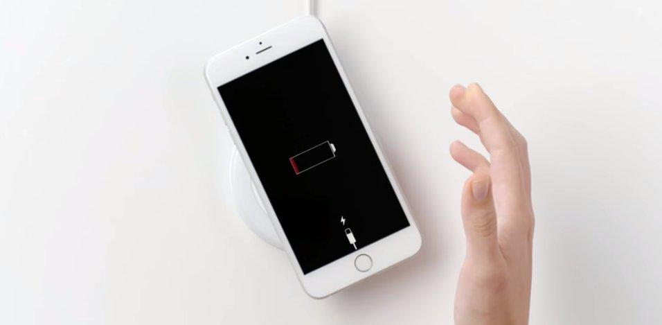 iPhone na bezprzewodowej ładowarce / fot. Samsung
