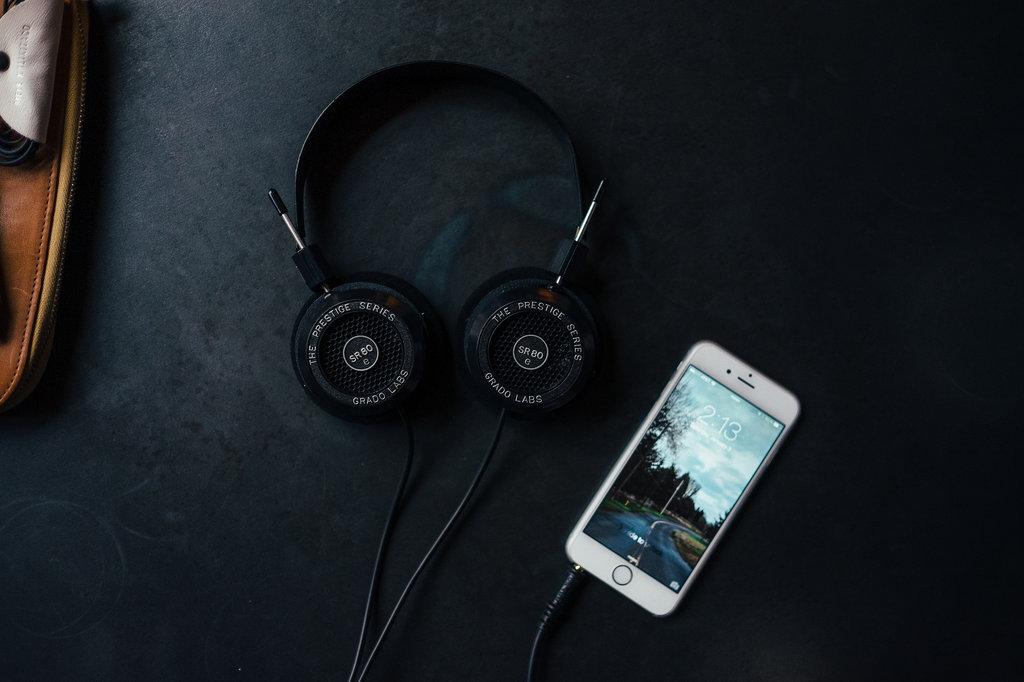 iPhone ze słuchawkami / fot. Jonathan Grado, Flickr.com