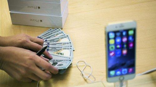 apple_iphone_money_hands_reuters_1473229720302