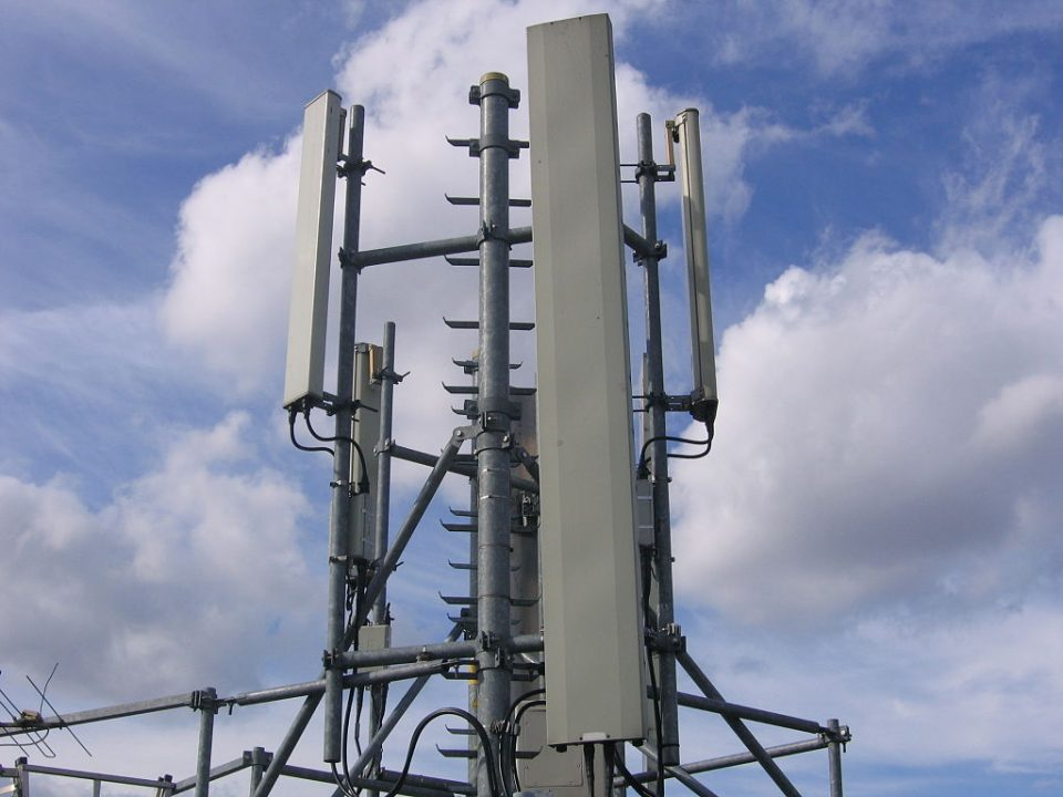 1024px-GSM_base_station_4-960x720