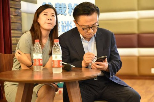 Samsungs-CEO-has-been-spotted-using-the-Galaxy-Note-9-in-public