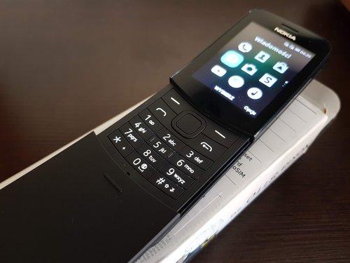 Nokia 8110: odsłonięta klawiatura i niewielki ekranik / fot. Techmaniak