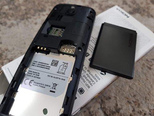 Nokia 8110 4G: sloty na karty i baterię / fot. Techmaniak