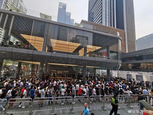 Kolejka przed sklepem Huawei w Shenzen / fot. gizmochina.com