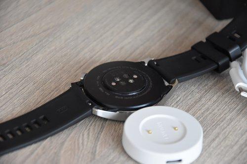 Huawei Watch GT2: elementy dokujące na stacji i zegarku / fot. techManiaK