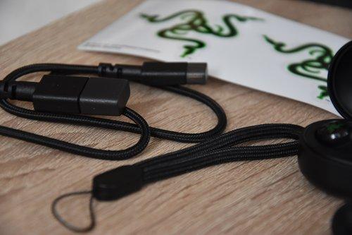 Razer Hammerhead True Wireless: smycz i kabel ładujący / fot. techManiaK