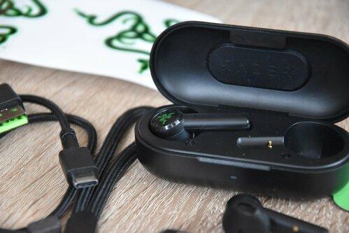 Razer Hammerhead True Wireless: etui z magnetycznymi uchwytami / fot. techManiaK