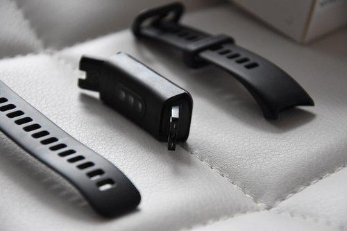Huawei Band 4 po odpięciu paska / fot. techManiaK