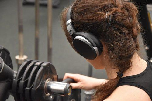 Sennheiser HD 4.50 BTNC: niestety, na siłownię znajdziemy sporo lepiej trzymających słuchawek / fot. techManiaK