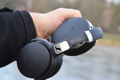 Sennheiser HD 4.50 BTNC: muszla z modułem NFC pozbawiona przycisków / fot. techManiaK