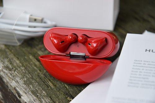 Huawei FreeBuds 3: ułożenie słuchawek w etui / fot. techManiaK