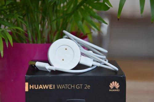 Huawei Watch GT2e; ładowarka / fot. techManiaK