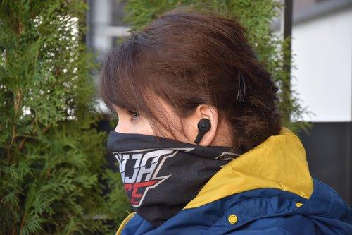 Sudio ETT: widok w uchu (chusta na czas epidemii!) / fot. techManiaK