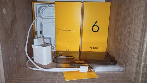 Zawartość pudełka Realme 6 / fot. LinekPark