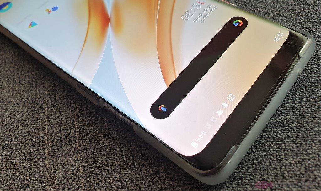 Maskowanie wcięcia w OnePlus 8 Pro nie wygląda najlepiej / fot. gsmManiaK