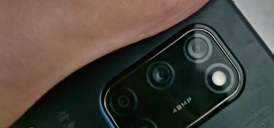 Nowy smartfon Huawei pozuje na zdjęciu/fot. Weibo via Huawei