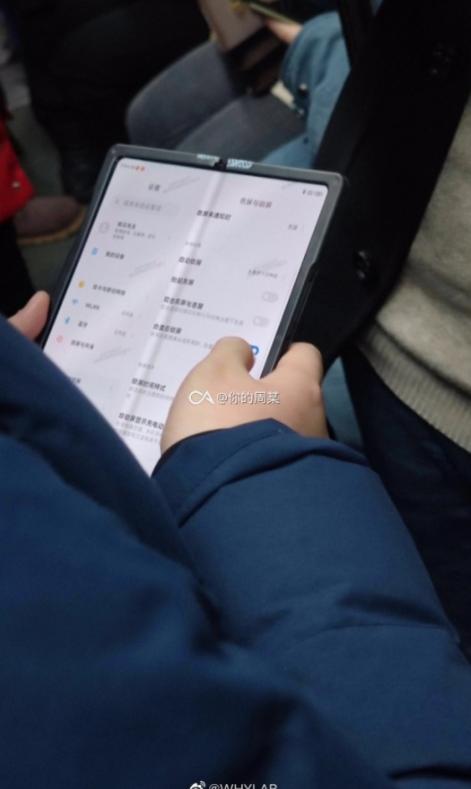 Składany smartfon Xiaomi przyłapany na żywo/fot. Weibo via GSMarena