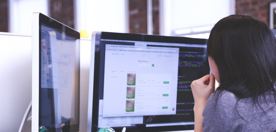 Praca przy przy wykorzystaniu aplikacji / fot. Startup Stock Photos