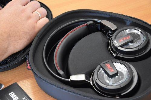 XPG PRECOG słuchawki spoczywające w wytłoczeniu etui / fot. techManiaK