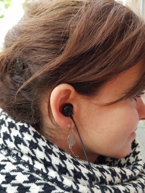 LG V40 wygląd słuchawek w uchu