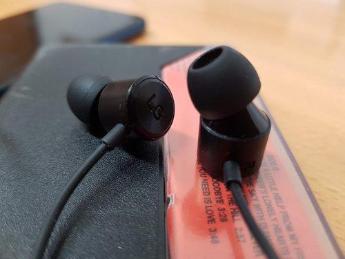 LG V40 wyprofilowanie słuchawek z zestawu