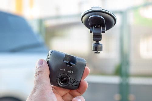 Montaż wideorejestratora MiVue / fot. Mio