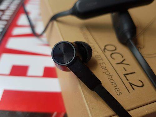 QCY L2 budowa: wykończenie zbliżone wizualnie do słuchawek z zestawu do... LG V40