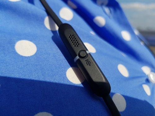 Jabra Evolve 65e mikrofon i przycisk asystenta głosowego / fot. techManiaK