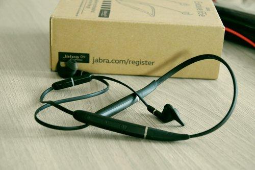 Jabra Evolve 65e z opakowaniem w tle / fot. techManiaK