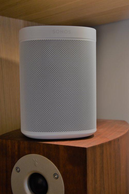 Sonos One na ramieniu tradycyjnego monitora / fot. techManiaK