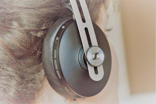 Sennheiser Momentum M3 na głowie (1) / fot. techManiaK