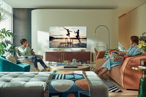 Rodzina oglądająca film na telewizorze Samsung QN91A Mini Micro LED
