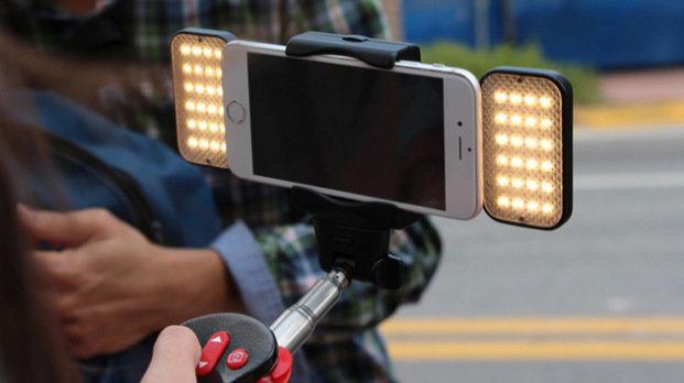 """Kijek do selfie idealny – lampa LED, wbudowane wiatraczki i """"ta"""" nazwa -"""